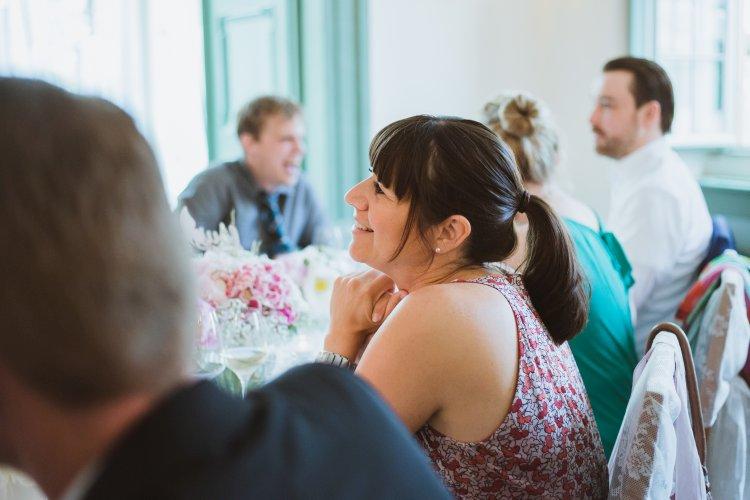 Gäste lauschen einer Rede