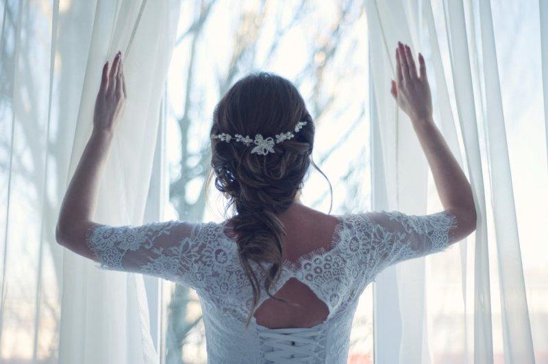 Braut öffnet Fenster