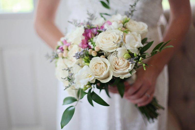 Braut wirft Strauss