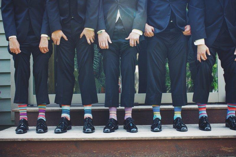 Hochzeitsgäste mit bunten Socken
