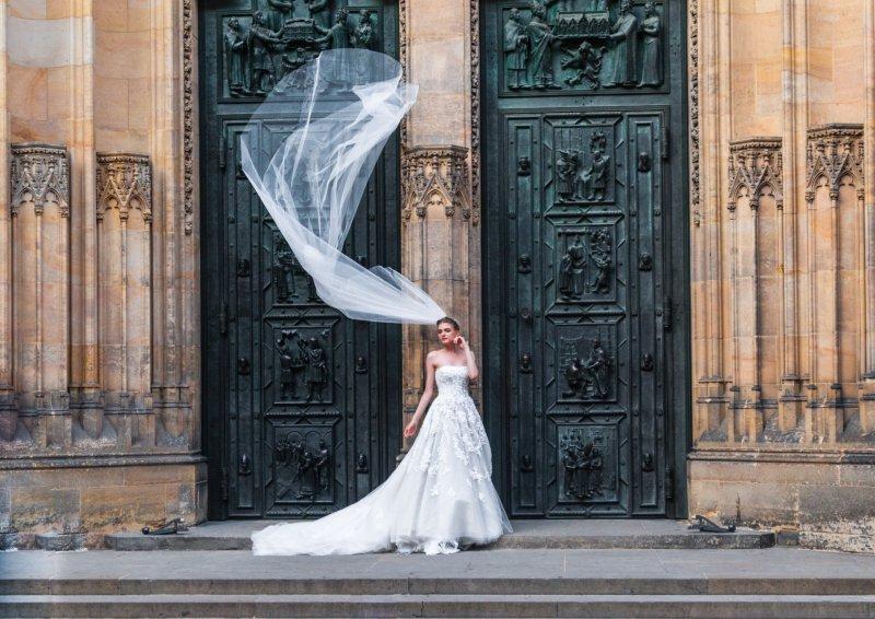 Braut vor der Kirche
