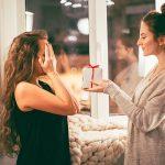 Braut beschenkt Trauzeugin