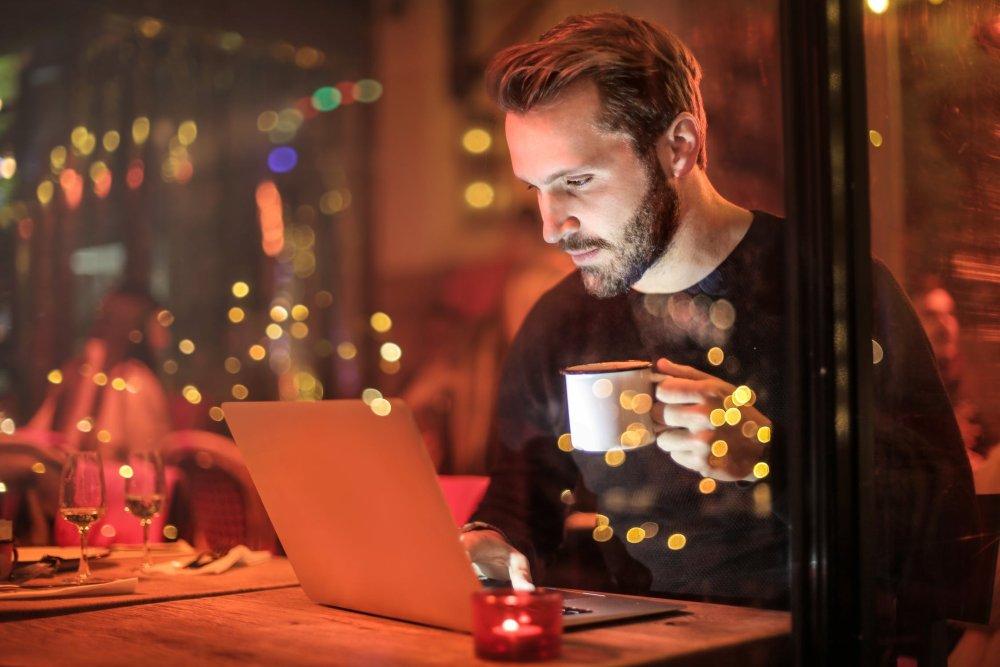 Trauzeuge hilft bei der Hochzeitsplanung - arbeitet am Laptop