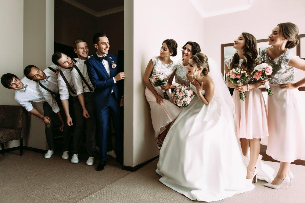Brautpaar & Trauzeugen machen Späße