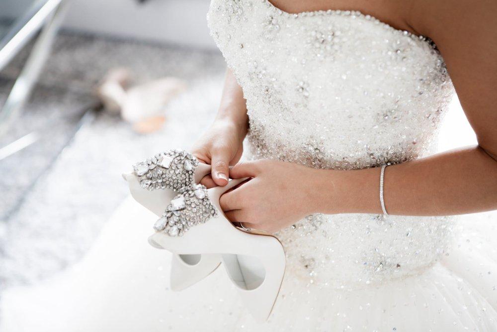 Die Trauzeugin hilft bei der Auswahl des Brautkleids