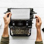 Trauzeuge schreibt lustige Hochzeitsrede auf der Schreibmaschine