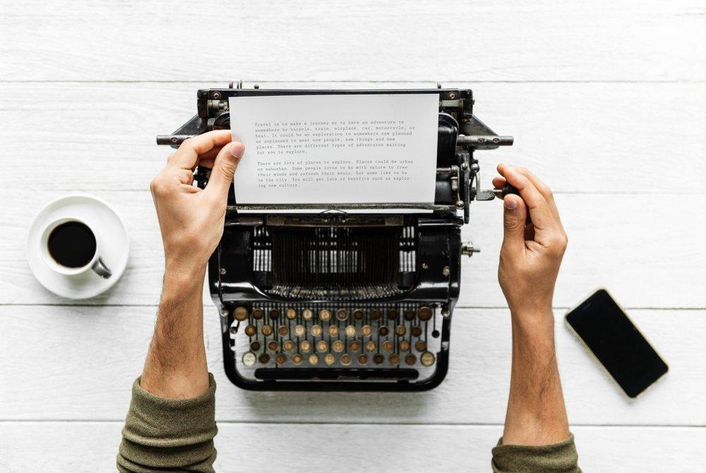 trauzeuge schreibt lustige hochzeitsrede auf der schreibmaschine - Hochzeitsreden Beispiele